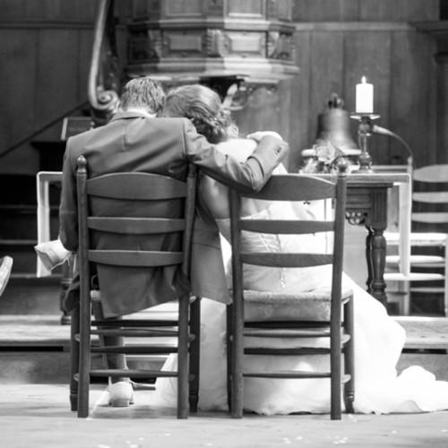 Bruiloft in de kerk, overladen met liefde.