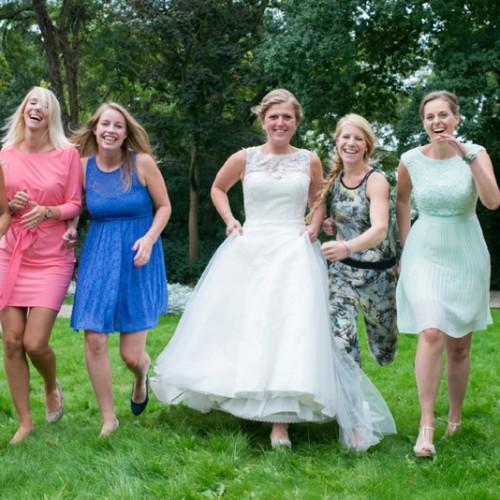 Groepsfoto met de bruid en al haar vriendinnen