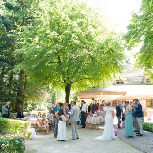 Borrelen in de tuin na ceremonie tijdens buiten bruiloft