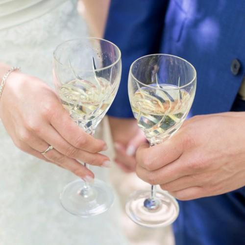 Bruiloftfotograaf tijdens de toast en de borrel