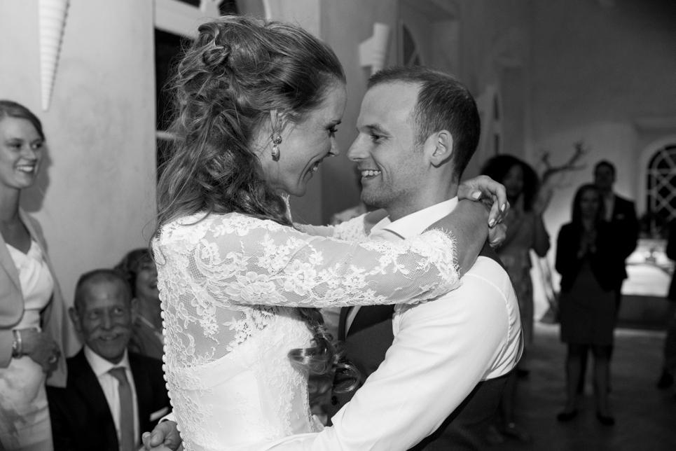 first-dance-wedding-couple-france-blomac