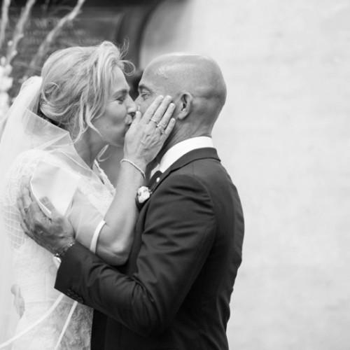 De kus foto door bruiloft fotograaf in Breda