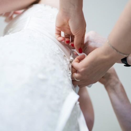 Voorbereidingen en aankleden van de bruid tijdens een bruiloft in Breda