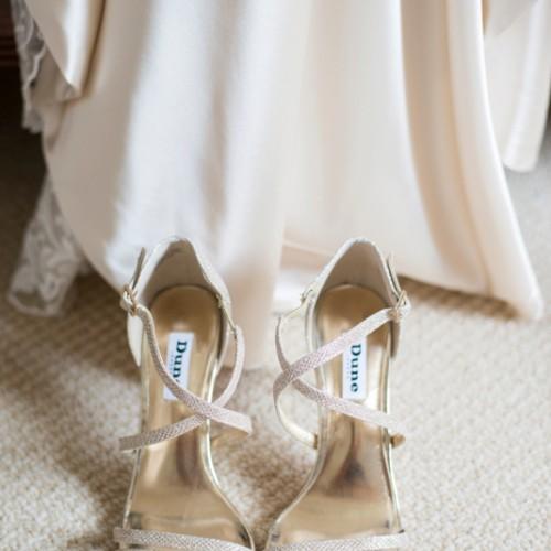 Trouwschoenen als prachtig detail tijdens de trouwfotografie