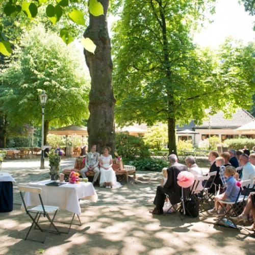 Ceremonie tijdens een buiten bruiloft in Etten-Leur