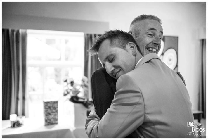23-omhelzing-bruiloft-vader