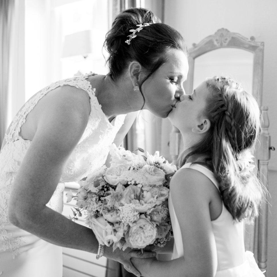 05-trouwfotograaf-moeder-dochter-bruidsmeisje-bruid