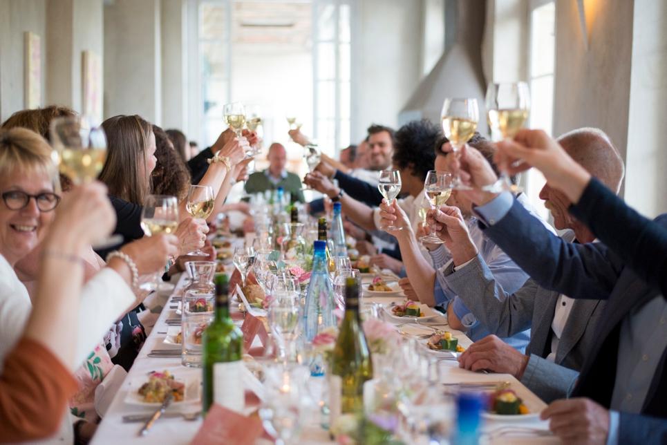 05-proosten-welkomstdiner-bruiloft-frankrijk