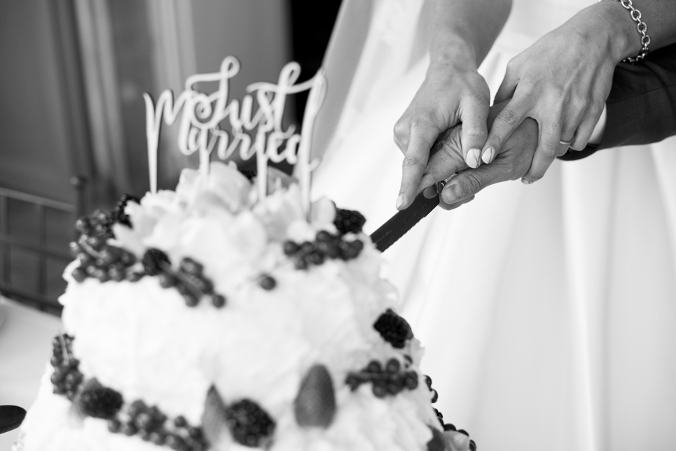24-taart-aansijden-bruidstaart-chateau-blomac-just-married