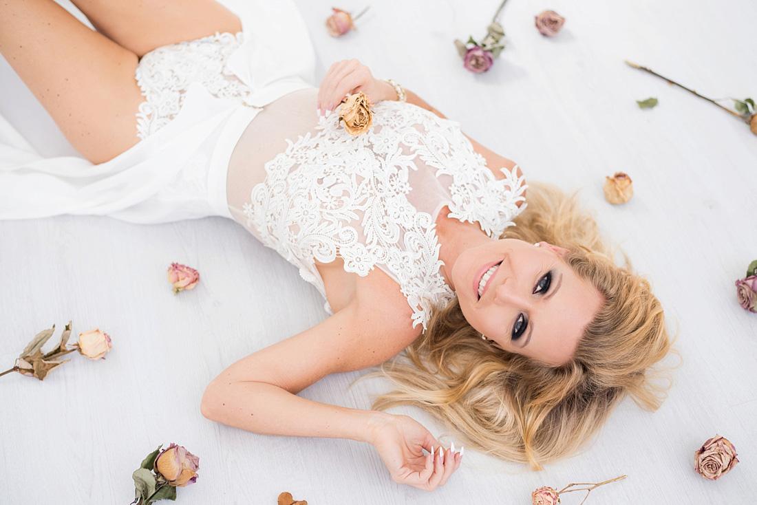 gedroogde-bloemen-romantische-boudoir-fotoshoot