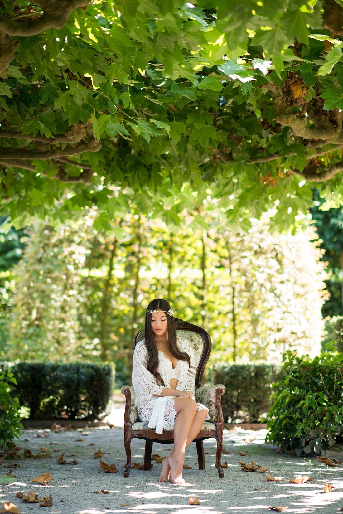 outdoor-boudoir-fotoshoot-in-prachtige-tuin