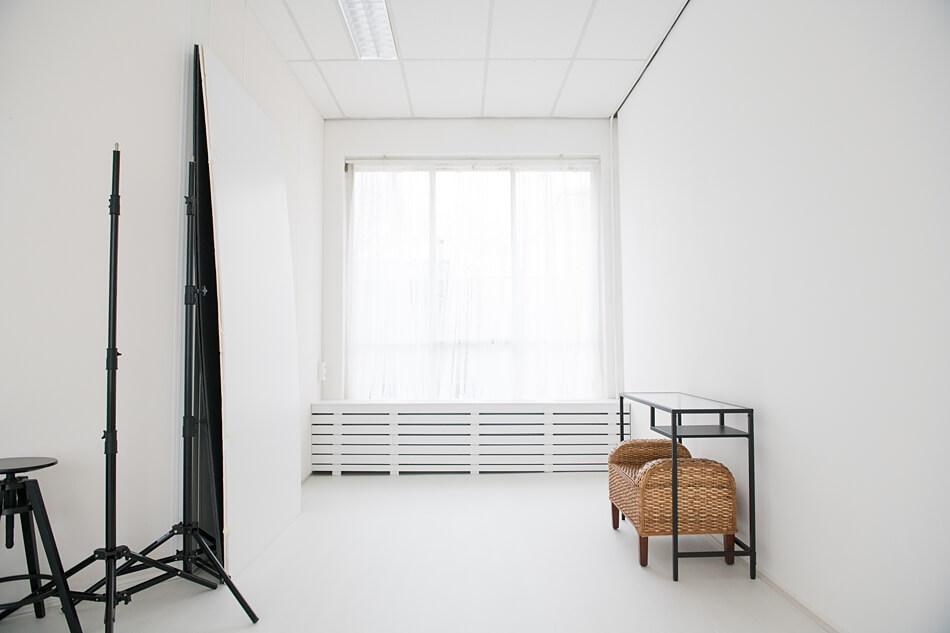 Witte hotelkamer feeling - daglicht studio huren in Zevenbergen bij Breda
