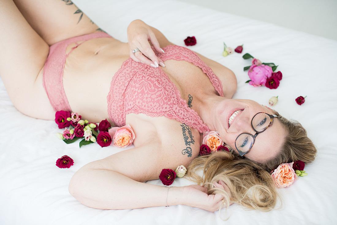 gek-op-bloemen-persoonlijke-items-boudoir-fotoshoot